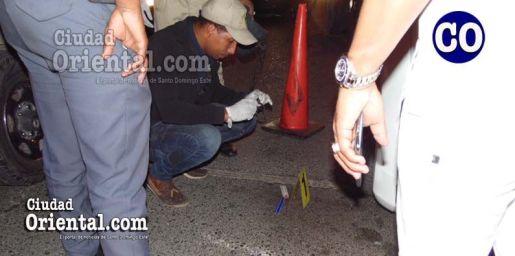 Un agente de policía, mientras realizaba levantamientos en el lugar.