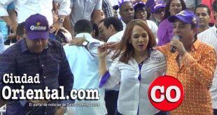 Karen Rocardo se quita de encima de su pecho la mano de Emilio Angeles