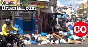 Basura acumulada en una esquina de Los Mina