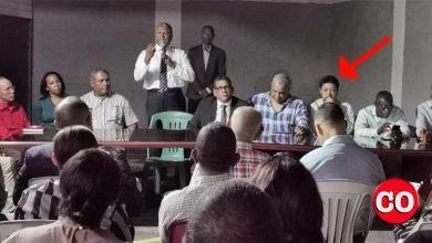 Eladio Martínez, señalado por la flecha; de pie, Domingo Jiménez, en un acto en la Circunscripción 2 de SDE