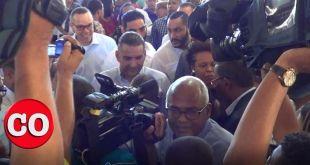 Luis Alberto Tejeda rodeado de público y reporteros dentro de la parroquia San Vicente de Paúl