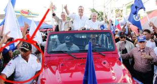 Un hombre con insignias militares cuida de la seguridad de los líderes del PRM en una marcha caravana en SDE