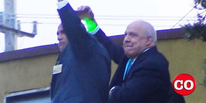 Juarez Castillo es aclamado por la multitud en la Plaza de la Bandera