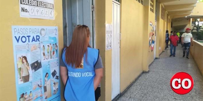 Una funcionaria de un colegio electoral espera a los votantes