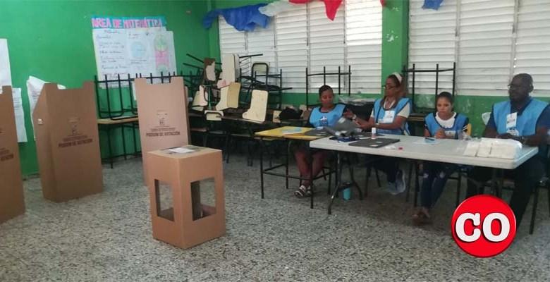Los funcionarios de este colegio electoral esperan a los electores