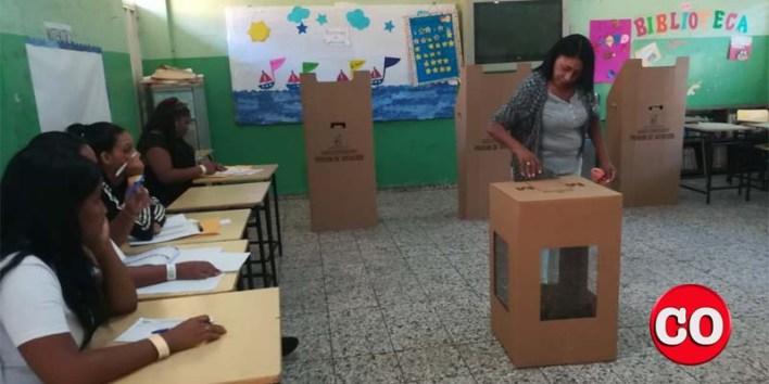 Una ciudadana ejerce su derecho al voto en un colegio electoral de SDE