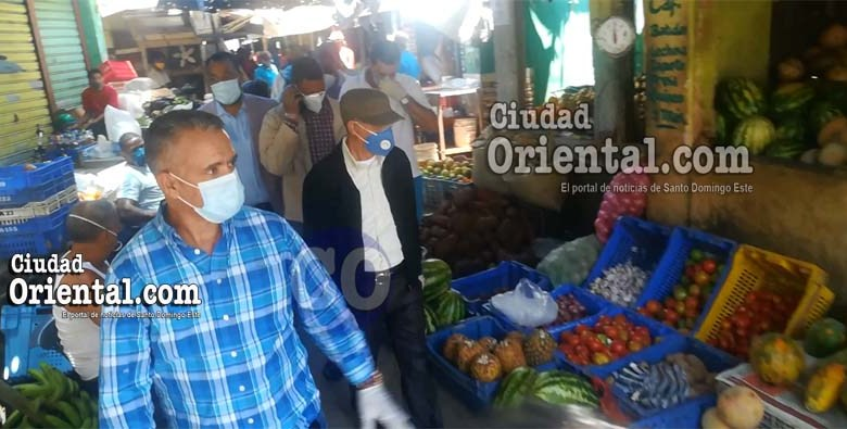 Manuel Jiménez, acompañado de comerciantes del mercado de Los Mina.
