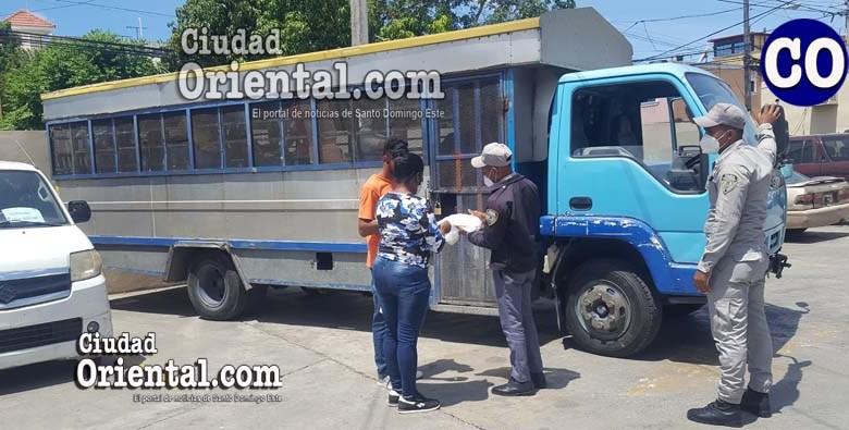 Un familiar lleva de comer a uno de los presos en el camión.