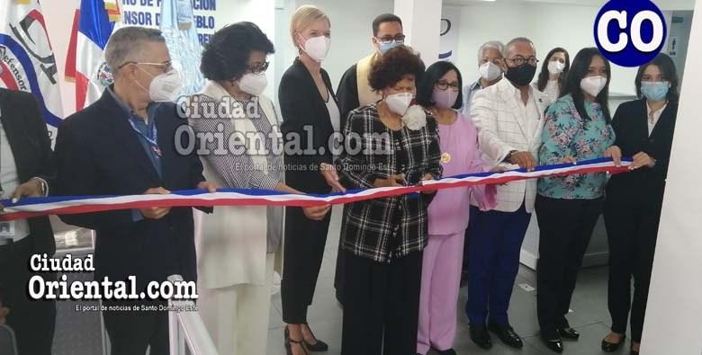 La doctora Zoila Martínez Guante, al cortar la cinta: