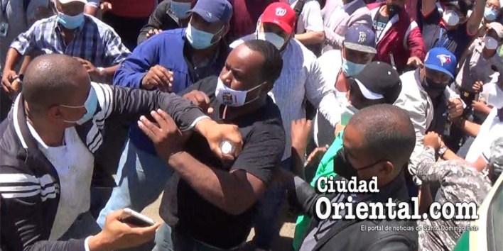 Empleados, funcionarios del ASDE y otros seguidores de Manuel Jiménez a la ofensiva en la terminal de autobuses