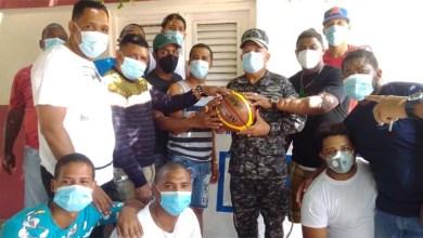 Photo of El general Suardí entrega útiles deportivos a jóvenes de Barahona