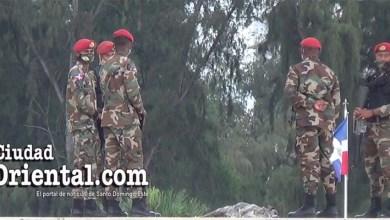 Photo of Militares vigilan a trabajadores reclaman 30% de las AFP en la Plaza de la Bandera + Vídeo