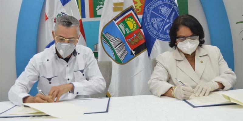 Manuel Jiménez y Enma Polanco firman el convenio en nombre del ASDE y d e la UASD, respectivamente
