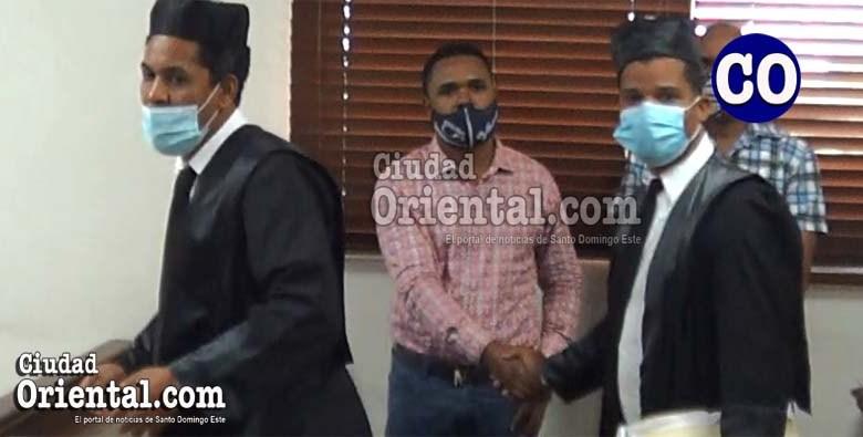 Ricardo Vicente Amador (a) Ricardito, junto a sus abogados.