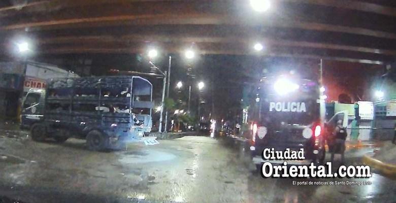 Un reten policial y militar durante el toque de queda en Santo Domingo Este