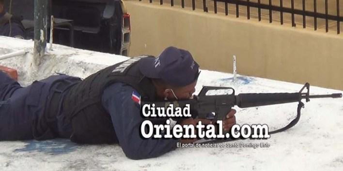 Un miembro del equipo Swatt de la PN apunta su arma hacia el lugar donde estaba el sospechoso