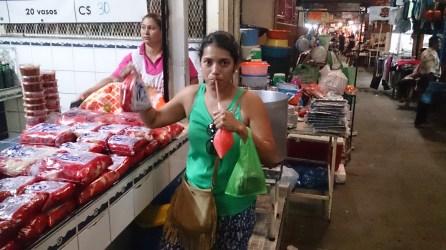 Yo con mi chicha de maíz, en un mercado popular de Managua