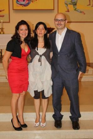 Al centro Margarita, su hermana y su esposo