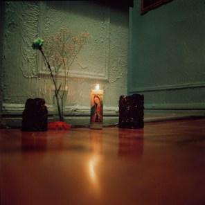 """La religiosidad, de la familia de Delia se demuestra comprándole una vela a la virgen de Guadalupe todos los lunes para """"tener su bendición"""". Foto: Ruth Prieto"""