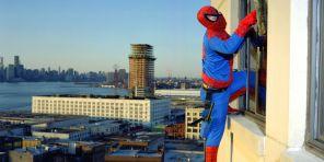 El hombre araña es Bernabé Méndez, de Guerrero. Trabaja limpiando vidrios en los rascacielos de NY. Foto: Dulce Pinzón