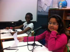 Niños interesados leen sus guiones adaptados a la radio. Aprenden a la vez a locutar. Foto: cortesía