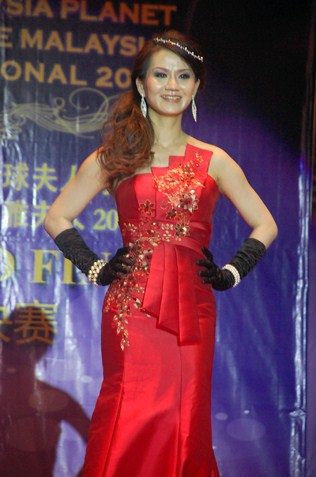 Mrs Malaysia Planet 2013 Gin Lim in evening gown