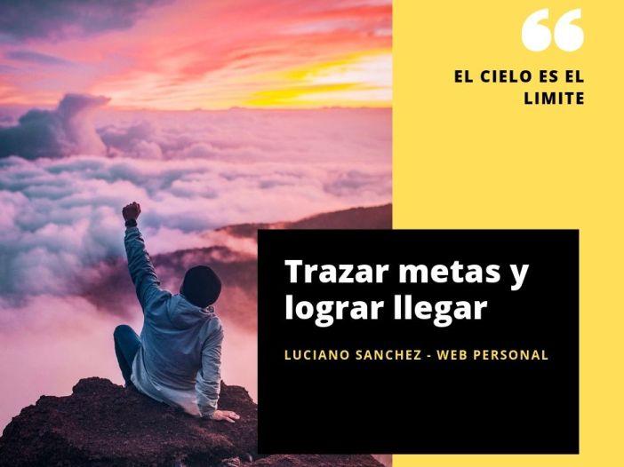 Trazar metas y lograr llegar, es una imagen que contiene un hombre mirando al cielo en simbolo de exito con nubes de fondo un atardecer y sobre la cima de una montaña. From http://unsplash.com