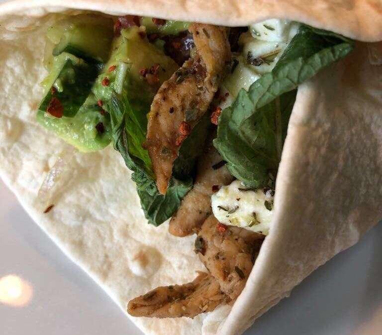 Orientalischer Wrap mit Avocado und Chili