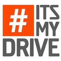 Een vrouwelijke vrachtwagenchauffeur die met passie blogt en vlogt over de transportsector onder de naam #Its my Drive.