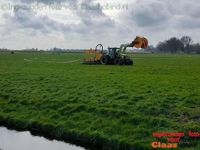 De Claas Arion 410 van melkveebedrijf Van Tunen in de mest.