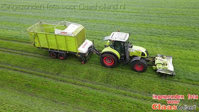 Gras maaien in december voor het vee op stal.