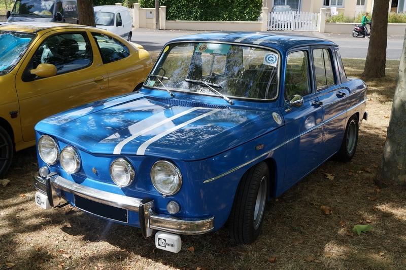 photo couleur renault R8 Gordini bleue avec bandes blanches