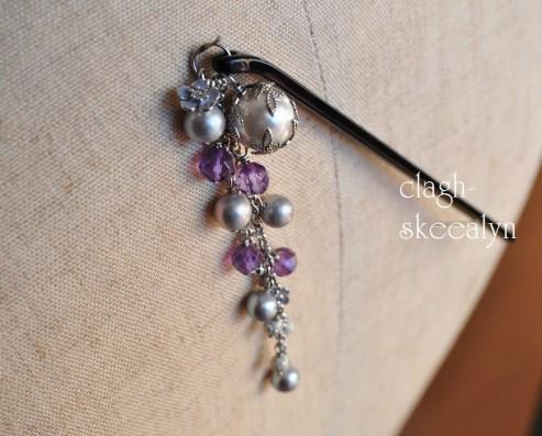 アメジスト、淡水パール(シャンパングレー)、シェルパール(白)、勿忘草のチャームを使用した帯飾り。