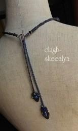 留め具にはsilver製マンテルを使用。留め具近くには、サファイアを入れて編みました。