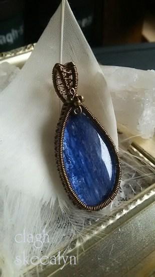 深いブルーが美しい、カイヤナイトのワイヤーワークPT。
