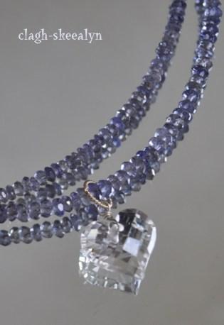 アイオライトのネックレスに、ハート型の水晶を合わせたシンプルアクセサリー