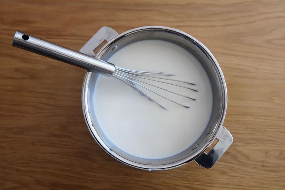 Mélanger le lait et le yaourt