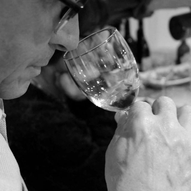 En plein dégustation d'un vin bio