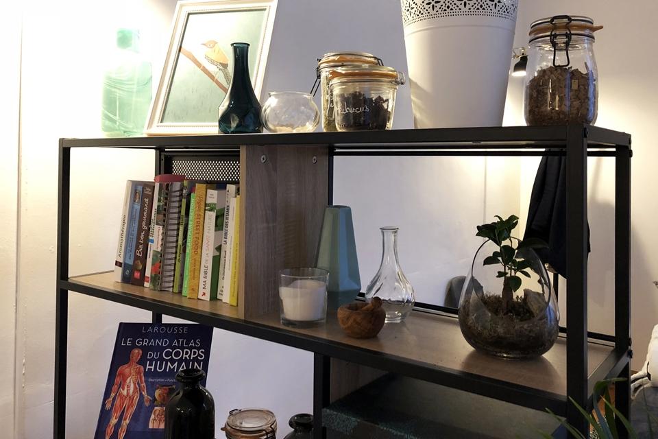 Sur les étagères, tous les ouvrages liés à son métier de naturopathe
