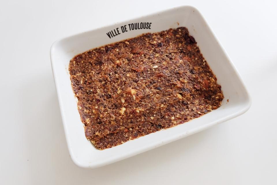 Répartir la pâte dans un moule rectangulaire pour former ensuite les barres de céréales