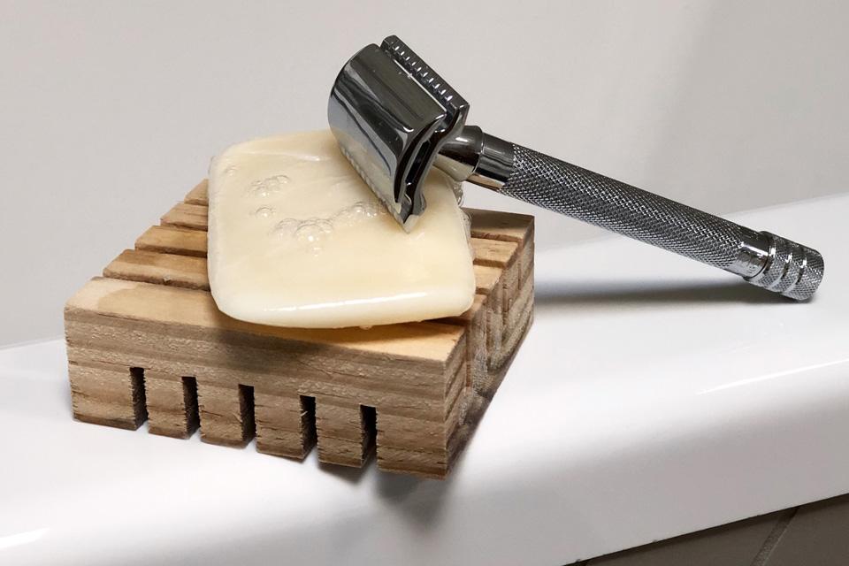 Un rasoir de sureté en Inox en alternative au rasoir jetable