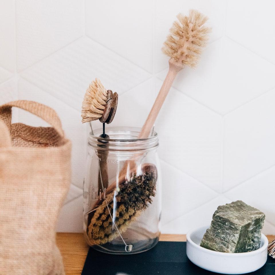 Vaisselle à la main au naturel et zéro déchet