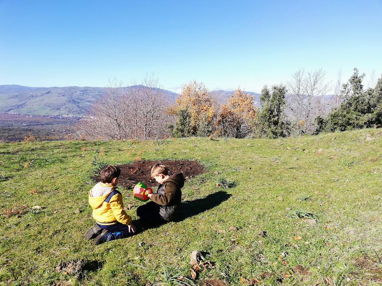 bambini che giocano sull'Etna