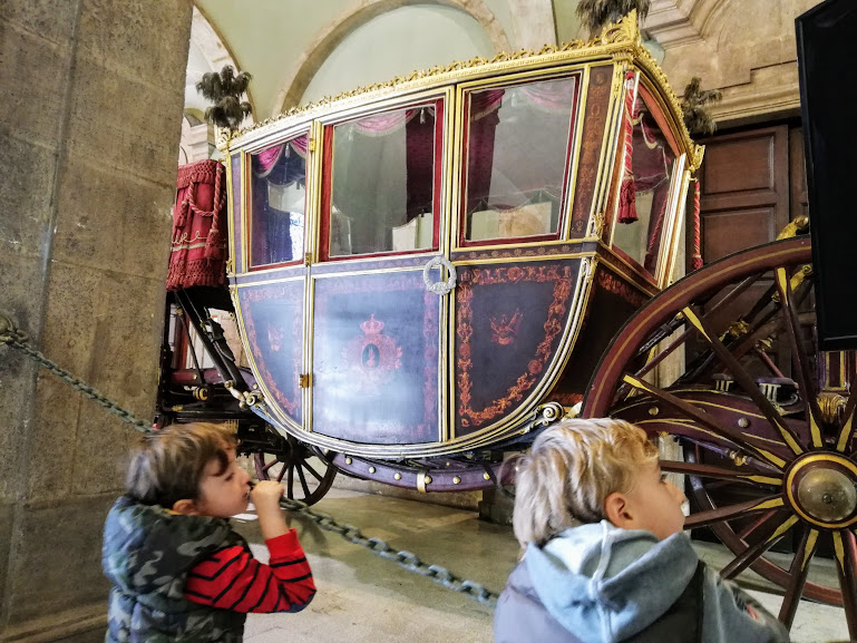 bambini che guardano le carrozze del senato a Catania