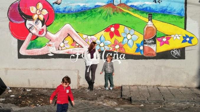 mamma e bambini che visitano Catania