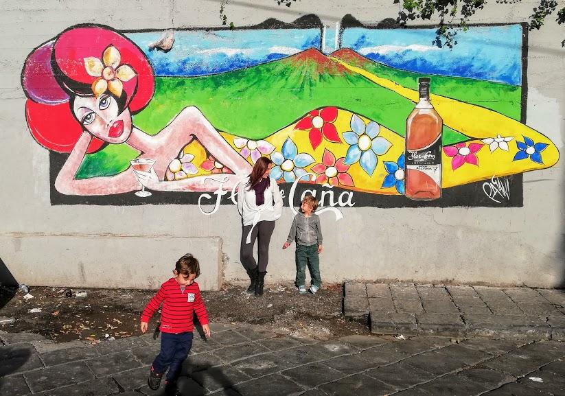 mamma e bambini che visitano Catania tour barocco sicilia orientale