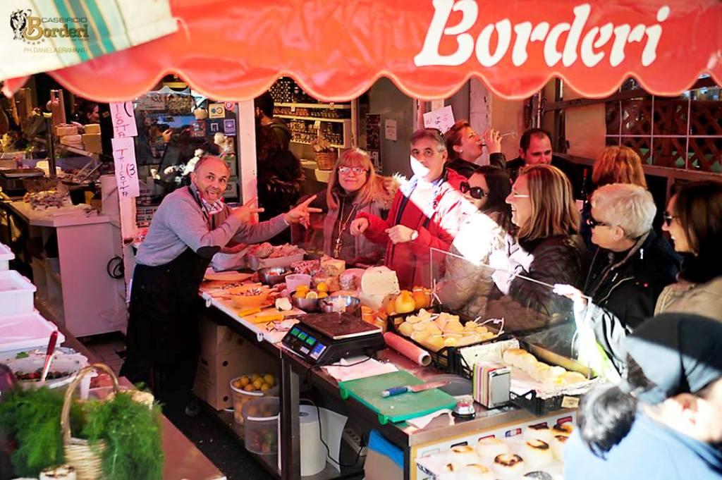 gente che pranza al caseificio borderi durante un weekend con bambini a siracusa