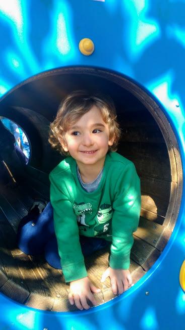 bambino al parco giochi della salute di palermo