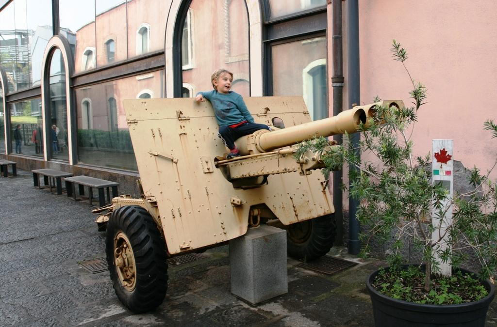 bambino che gioca al museo dello sbarco in sicilia