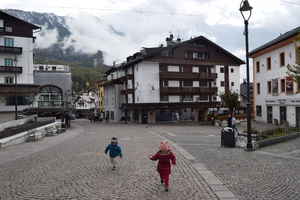 bambini che corrono a Cortina d'ampezzo vicino sappada